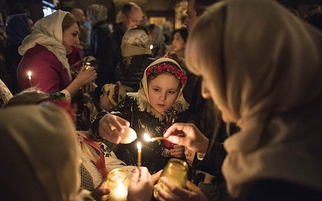 Orthodox-Easter-lighting-of-candles