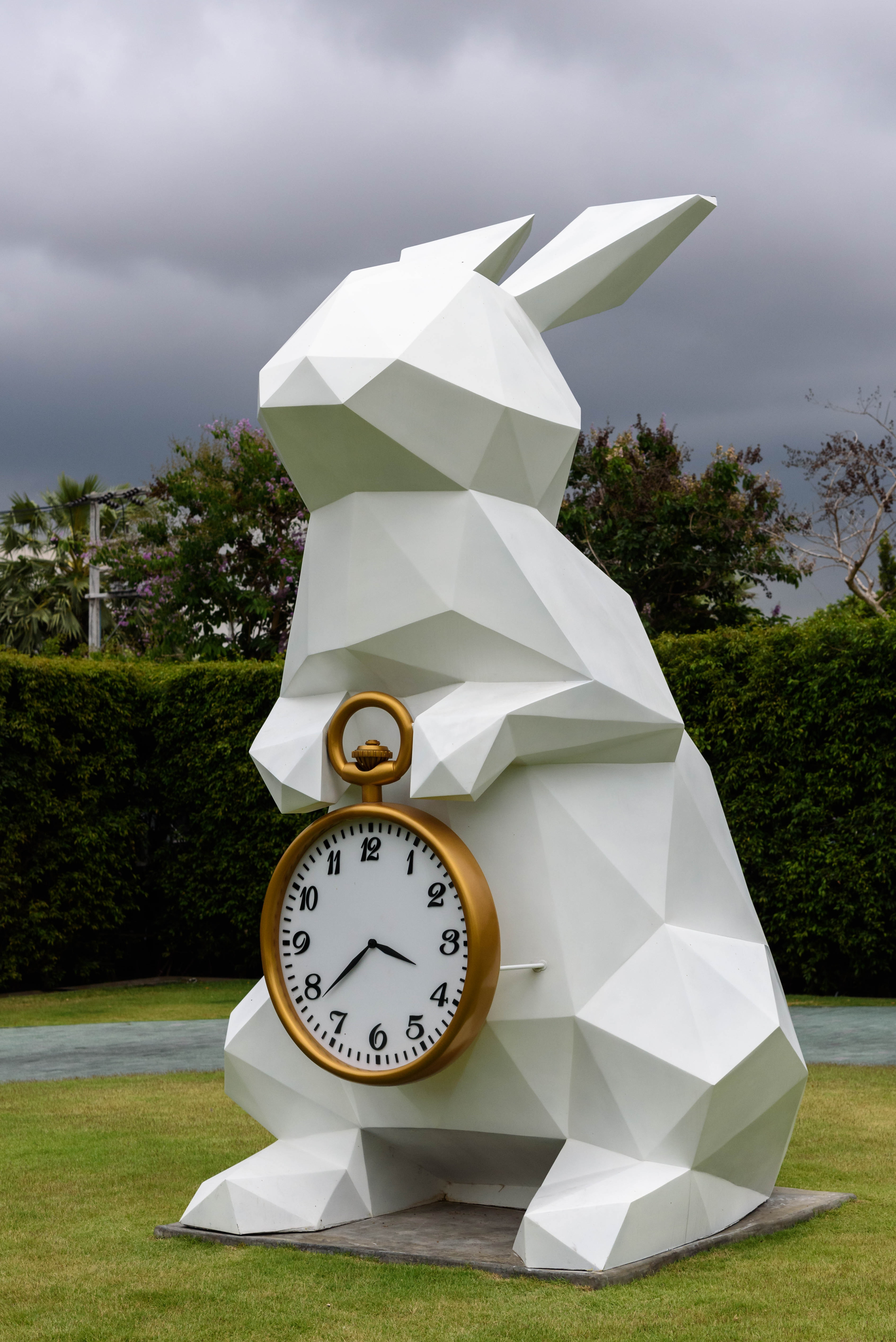 modern-statue-white-rabbit-with-timepiece-149290